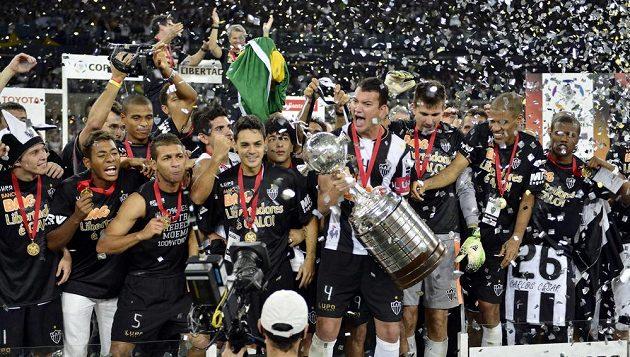 Fotbalisté brazilského celku Atlético Mineiro v čele s kapitánem Réverem (4) se radují z vítězství v Poháru osvoboditelů.