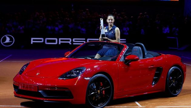 Karolína Plíšková se raduje z triumfu ve Stuttgartu.
