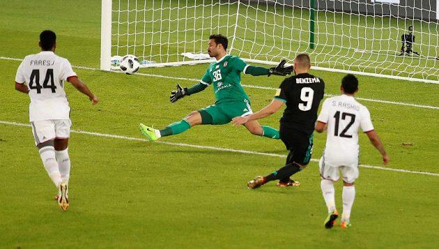 Karim Benzema (9) z Realu neproměňuje šanci při utkání s Al Džazírou.