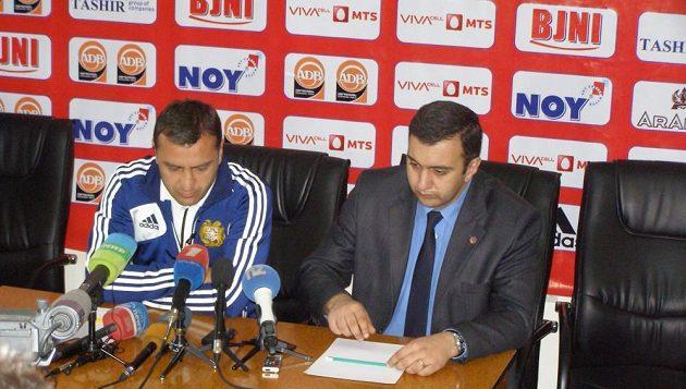 Tisková konference trenéra Arménie Vardana Minasjana (vlevo) na Stadiónu republiky během pondělního odpoledne.