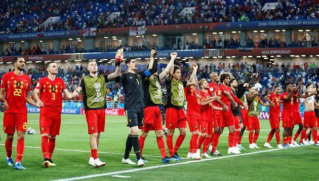 Fotbalisté Belgie zdraví fanoušky po výhře nad Anglií.