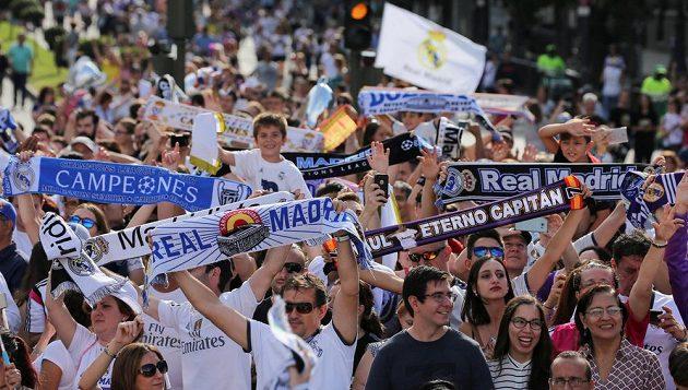 Fanoušci fotbalového Realu slaví triumf týmu v Lize mistrů v ulicích Madridu. Čekají na příjezd hvězd z Cardiffu.