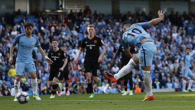Sergio Agüero z Manchesteru City střílí gól.