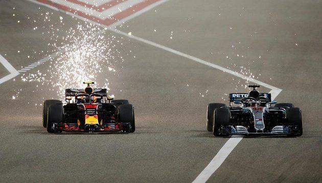 Souboj Lewise Hamiltona (vpravo) s Maxem Verstappenem z Red Bullu.