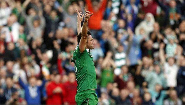 Irský fotbalista Robbie Keane se raduje z jedné ze svých branek proti Gibraltaru.