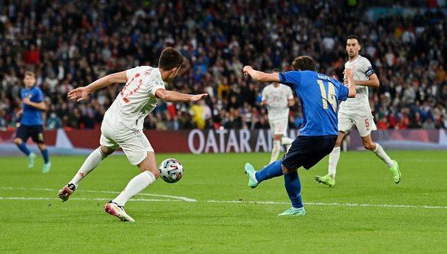Federico Chiesa střílí italský gól v semifinále EURO.