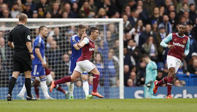 Manuel Lanzini z West Hamu United se raduje z úvodního gólu proti Chelsea.