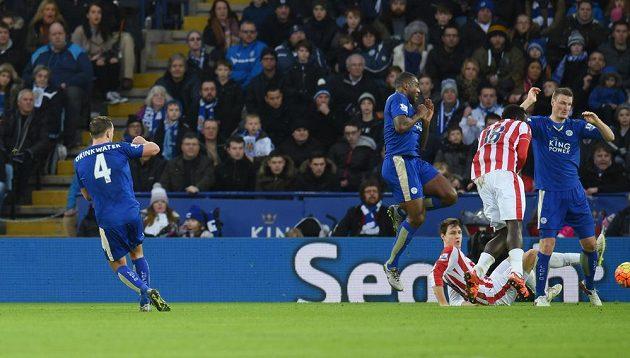 Záložník Leicesteru Daniel Drinkwater střílí úvodní gól v zápase 23. kola anglické Premier League proti Stoke.
