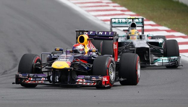 Vettel na čele korejského závodu.