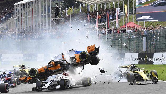 Fernando Alonso skončil v Belgii ve vzduchu. V prvním kole muselo odstoupit po havárii několik jezdců.