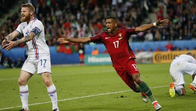 Portugalec Nani slaví gól. Vlevo je islandský záložník Aron Gunnarsson.