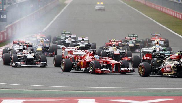 Start přinesl drama pro jezdce Ferrari. Oba monoposty ale v závodu pokračovaly.