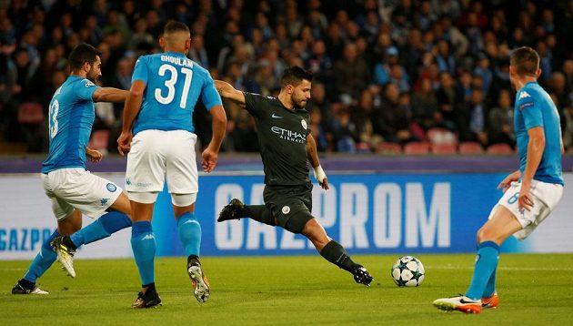 Sergio Agüero z Manchesteru City se probíjí obranou Neapole.