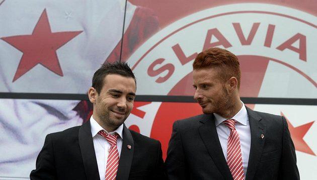 Hráči Slavie (zleva) Damien Boudjemaa a Marcel Gecov před autobusem týmu.