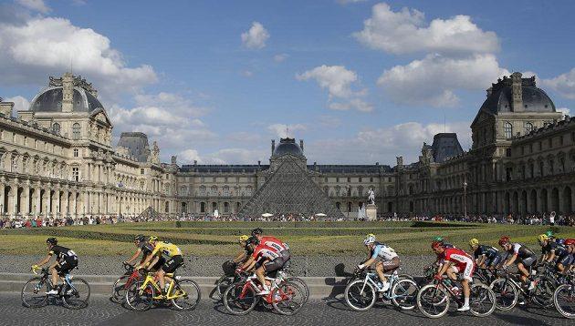 Peloton Tour de France projíždí kolem Louvru v poslední etapě závodu.