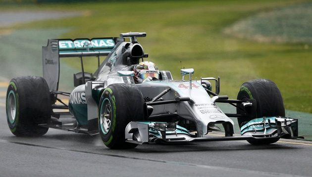 Lewis Hamilton s mercedesem si v Melbourne vyjel pole position pro úvodní Velkou cenu sezóny.