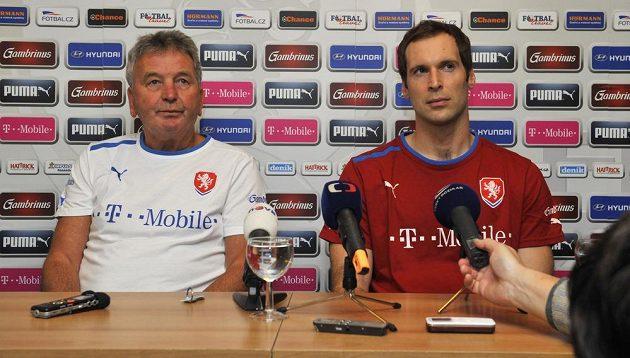 Hlavní trenér týmu české fotbalové reprezentace Josef Pešice (vlevo) a brankář Petr Čech.