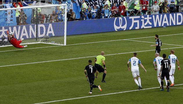 Islandský brankář Hannes Halldorsson chytá Lionelu Messimu pokutový kop.