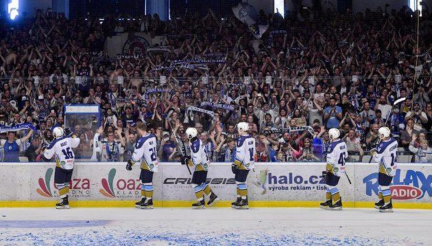 Hráči Kladna oslavují s fanoušky postup do extraligy, který si zajistili už v předchozím zápase v Českých Budějovicích.