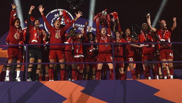 Liverpoolský Jordan Henderson s trofejí pro vítěze Premier League.