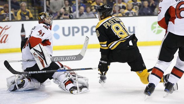 Gólman Ottawy Senators Craig Anderson (41) v tuhle dokázal šanci českého útočníka Bostonu Davida Pastrňáka v utkání prvního kola play off. Ottawa nakonec vyhrála zápas v prodloužení.