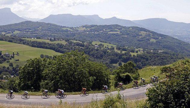 Cyklisté na trati 20. etapy Tour de France.