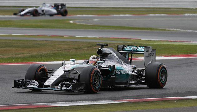 Lewis Hamilton v čele Velké ceny Velké Británie.