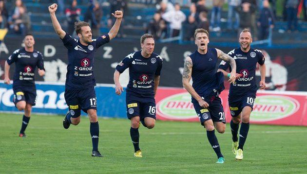 Útočník Slovácka Milan Kerbr (druhý zprava) slaví se spoluhráči gól na hřišti Ostravy.