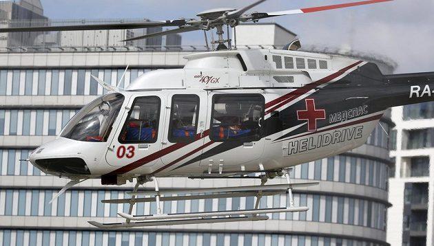Helikoptéra převáží Carlose Sainze na vyšetření po nehodě na okruhu v Soči.