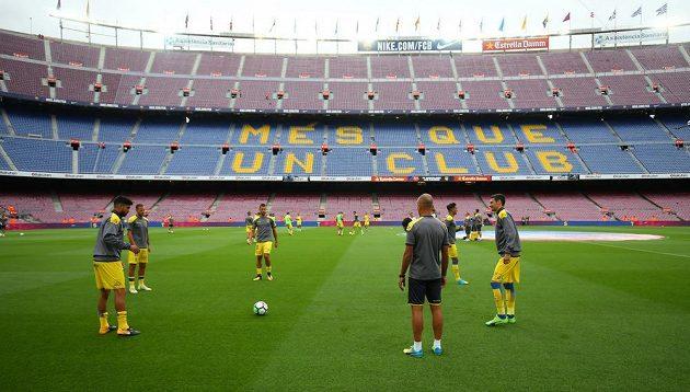 Fotbalisté Las Palmas se rozcvičují před zápasem s Barcelonou, který se na stadiónu Camp Nou odehrál bez diváků.