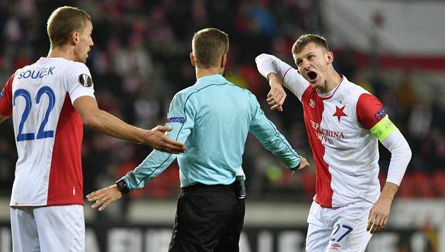 Zleva Tomáš Souček a Tomáš Necid ze Slavie diskutují se sudím po sporném zákroku hráče Astany.