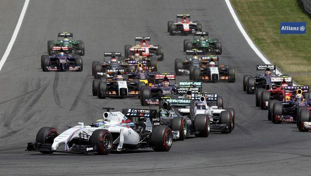 Situace po startu VC Rakouska, na čele závodu Brazilec Felipe Massa s williamsem.