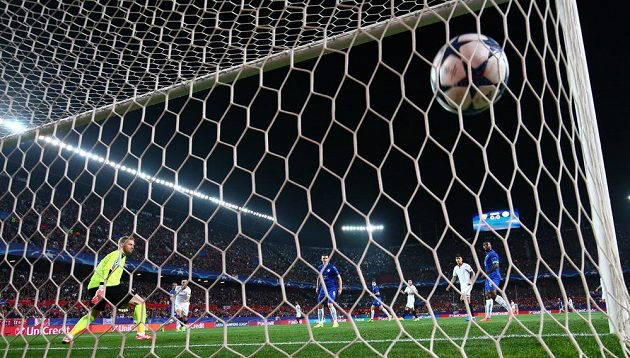 Sevillský Pablo Sarabia střílí gól Leicesteru.