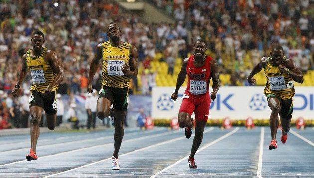 Usain Bolt (druhý zleva) letí v moskevském lijáku pro mistrovský titul, Američan Justin Gatlin (druhý zprava) triumf jamajského rychlíka neohrozil.