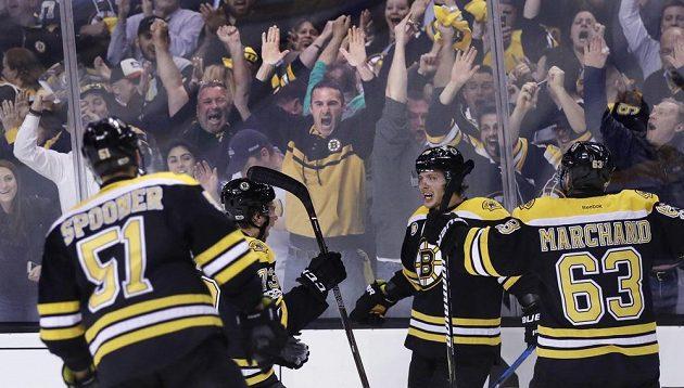 Hokejisté Bostonu Bruins slaví gól českého útočníka Davida Pastrňáka (druhý zprava) v utkání 1. kola play off s Ottawou.