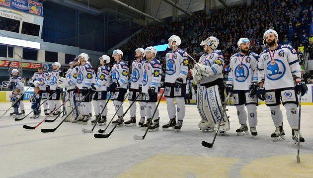 Plzeňští hokejisté s bronzovými medailemi za třetí místo.