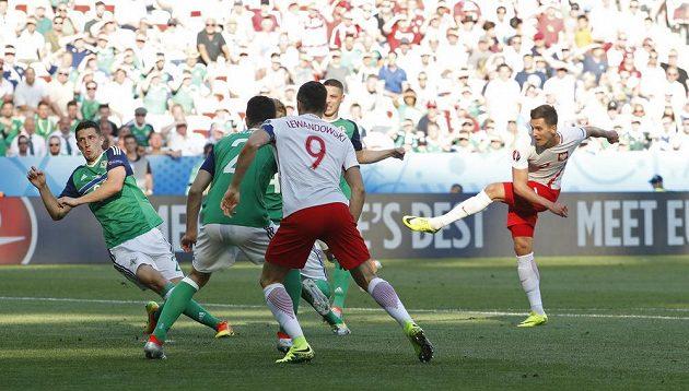 Polák Arkadiusz Milik (vpravo) střílí první gól v utkání se Severním Irskem.