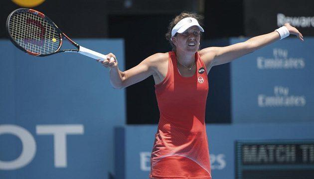 Barbora Strýcová při utkání s Caroline Wozniackou z Dánska.