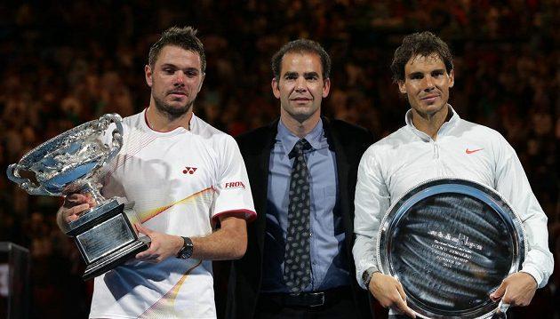 Nový šampión Australian Open Stanislas Wawrinka (vlevo) a poražený finalista Rafael Nadal. Uprostřed legendární tenista minulosti Pete Sampras.