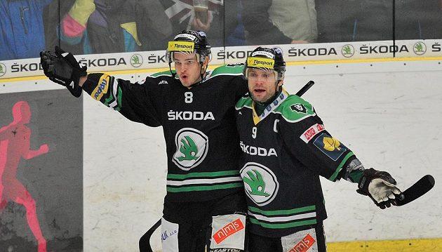 Mladoboleslavský útočník Michal Bárta (vlevo) slaví s kapitánem týmu Davidem Výborným gól proti Zlínu.