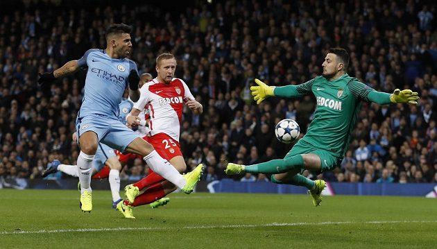 Ve slibné střelecké pozici před brankářem Danielem Subašičem z Monaka se ocitl Sergio Agüero (vlevo), ale gól z toho nebyl.