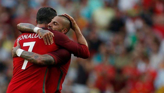 Portugalští fotbalisté Cristiano Ronaldo a Ricardo Quaresma slaví gól v přípravném zápase proti Estonsku.