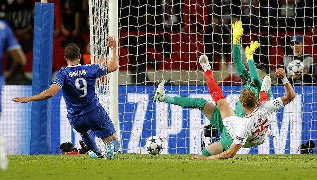 Fotbalista Juventusu Gonzalo Higuaín dává gól proti Monaku v semifinále Ligy mistrů.