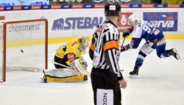 Brankář Litvínova Michael Petrásek a Petr Holík z Brna, který střílí gól.