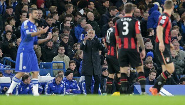 Trenér Chelsea José Mourinho reaguje na vítězný gól Bournemouthu.
