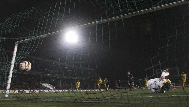 Brankář Borussie Dortmund Roman Weidenfeller inkasuje gól z kopačky Pavla Mamajeva z Krasnodaru.