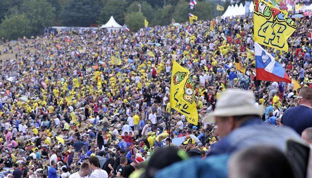 Diváci už několik hodin před zahájením závodu zaplnili většinu přírodních tribun na brněnském okruhu.