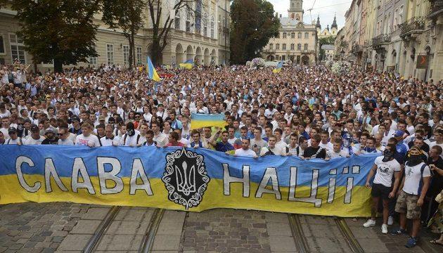 Fanoušci ve Lvově s transparentem Sláva národu před utkáním ukrajinského Superpoháru. V davu byli zastoupeni hlavně příznivci Dynama Kyjev, ale i Šachtaru Doněck