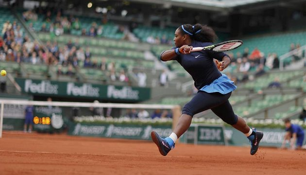 Američanka Serena Williamsová během semifinálového duelu French Open s Nizozemkou Kiki Bertensovou.