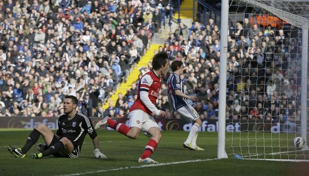 Tomáš Rosický z Arsenalu (druhý zleva) vstřelil druhý gól v utkání proti týmu West Bromwich Albion.